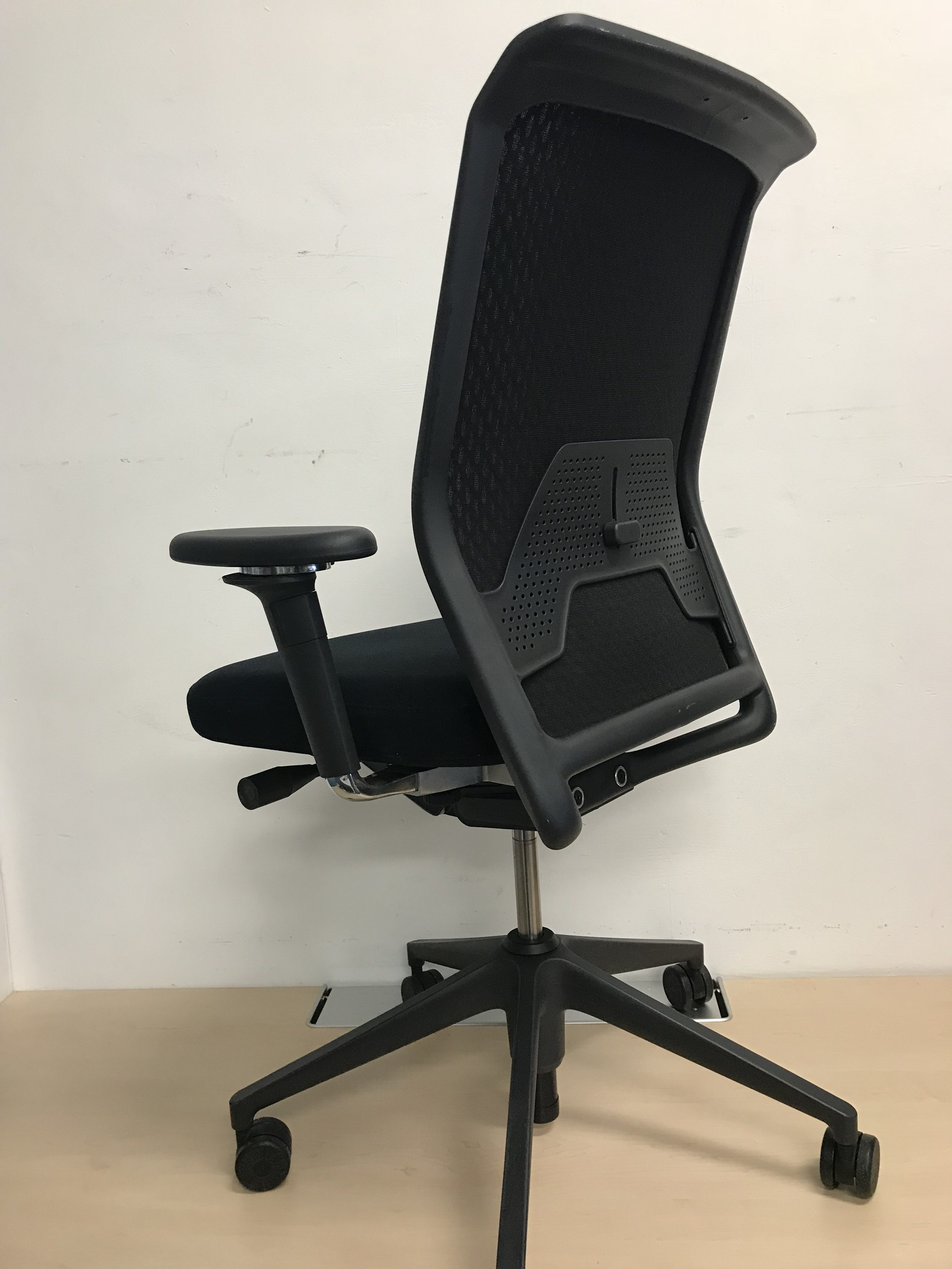 vitra id concept black mesh back ergonomic office chair 3d armrests predominantly office. Black Bedroom Furniture Sets. Home Design Ideas